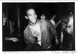 Basquiat com uma camisa pintada por ele.