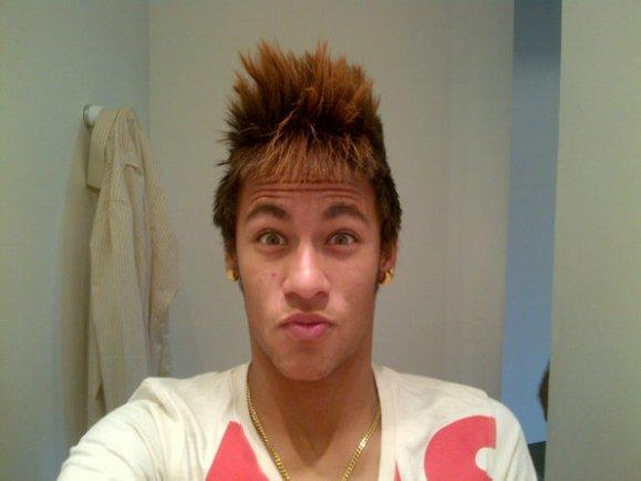 Será que o craque Neymar esteve escutando Zambujo e as búlgaras antes de tirar essa foto?